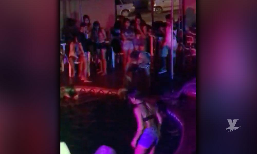 (VIDEO) Madre saca de la alberca y golpea a su hija en plena fiesta