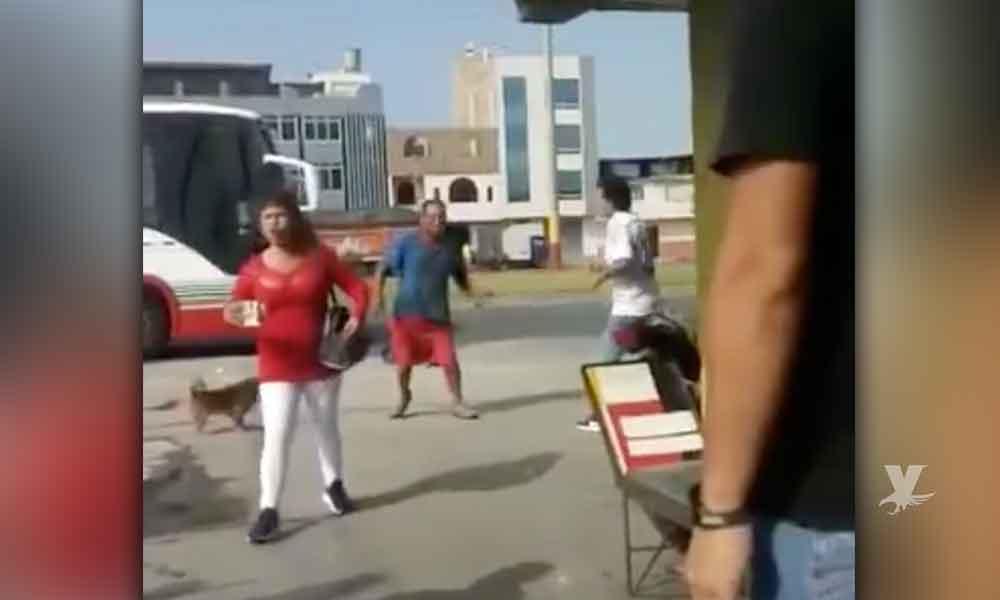 """(VIDEO) Hombre descubre a su esposa en la calle con el amante y """"se la regaló"""", después de pelear"""