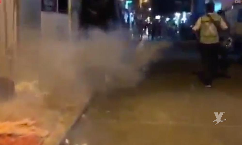 (VIDEO) Brigadistas del Estado rocían con insecticida a migrantes