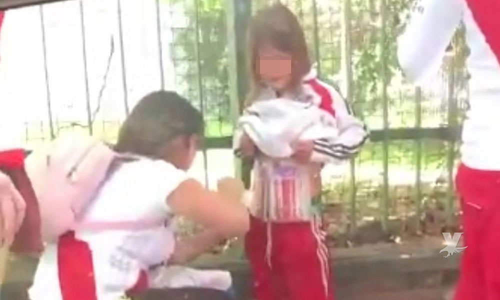"""(VIDEO) Mujer escondía """"bengalas"""" en su hijo para ingresarlas a la final de la Libertadores"""