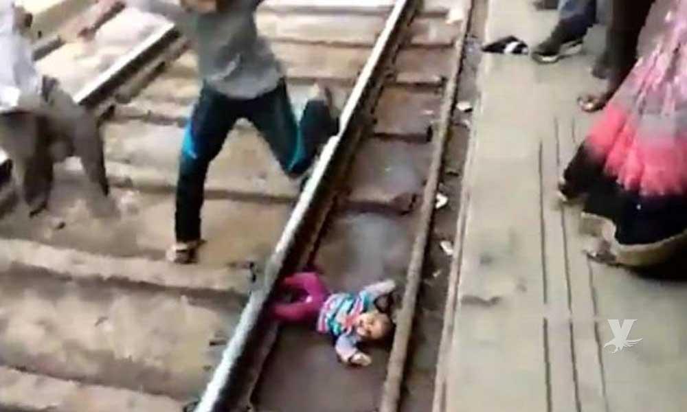 (VIDEO) Bebé cayó de las manos de su madre a las vías del tren mientras éste pasaba por la estación