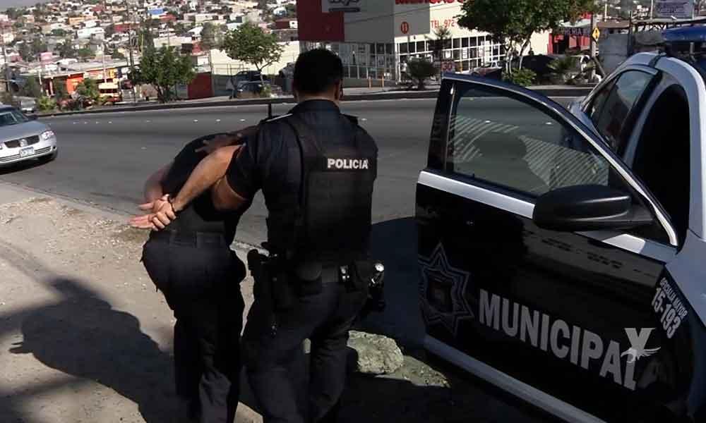 Policías Municipales de Tijuana son desarmados por civiles mientras atendían una emergencia