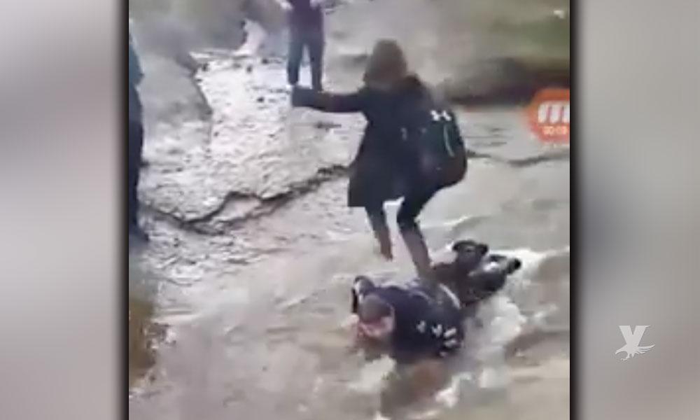 """(VIDEO) Alumnos utilizan como """"puente humano"""" para cruzar un arroyo a niño con parálisis cerebral"""
