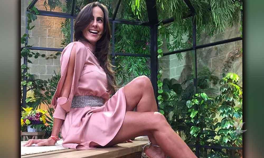 (VIDEO) Paulina Mercado sufre accidente con su vestido y muestra uno de sus senos en programa en vivo