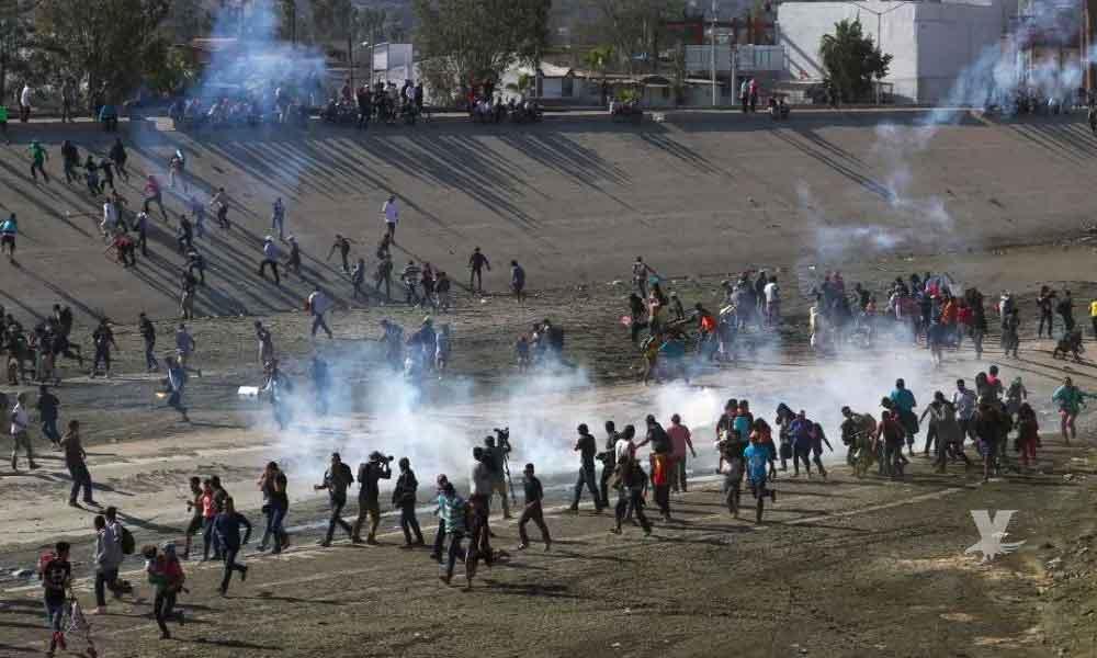 Presidente de Honduras se siente indignado por el uso de gas y balas de goma contra migrantes