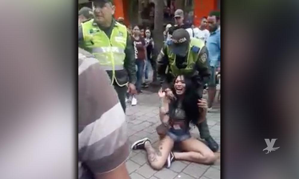 (VIDEO) Transgénero buscaba trabajo, fue brutalmente golpeada y detenida por la policía