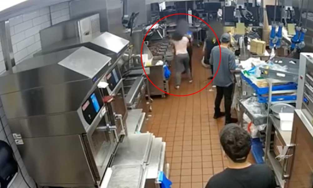 (VIDEO) Mujer entra a restaurante para golpear a empleada que no le puso suficiente cátsup en su comida