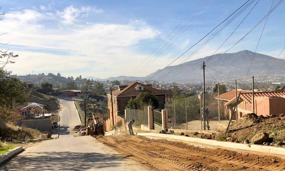 Inician trabajos para pavimentación de la calle Coahuayana en Tecate