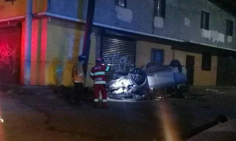 Volcadura en carretera Tecate-Tijuana deja una persona muerta y otra herida