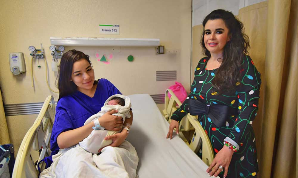 Entrega Presidenta de DIF Baja California cuneros con regalos a los primeros bebés nacidos en navidad