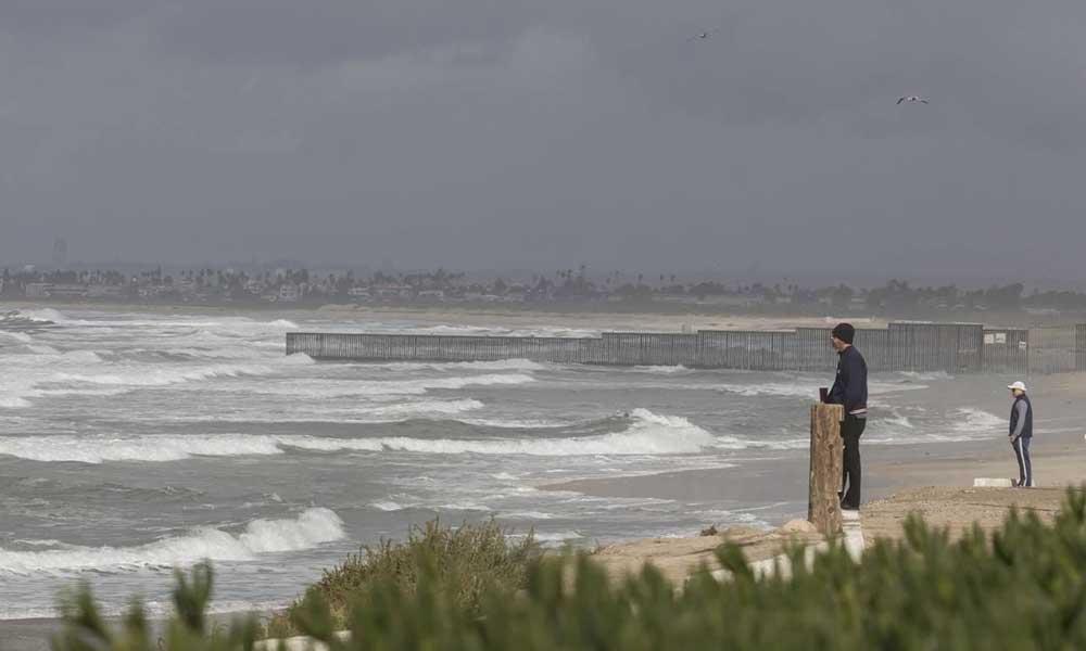 Cierran playas de Tijuana por alto oleaje y contaminación