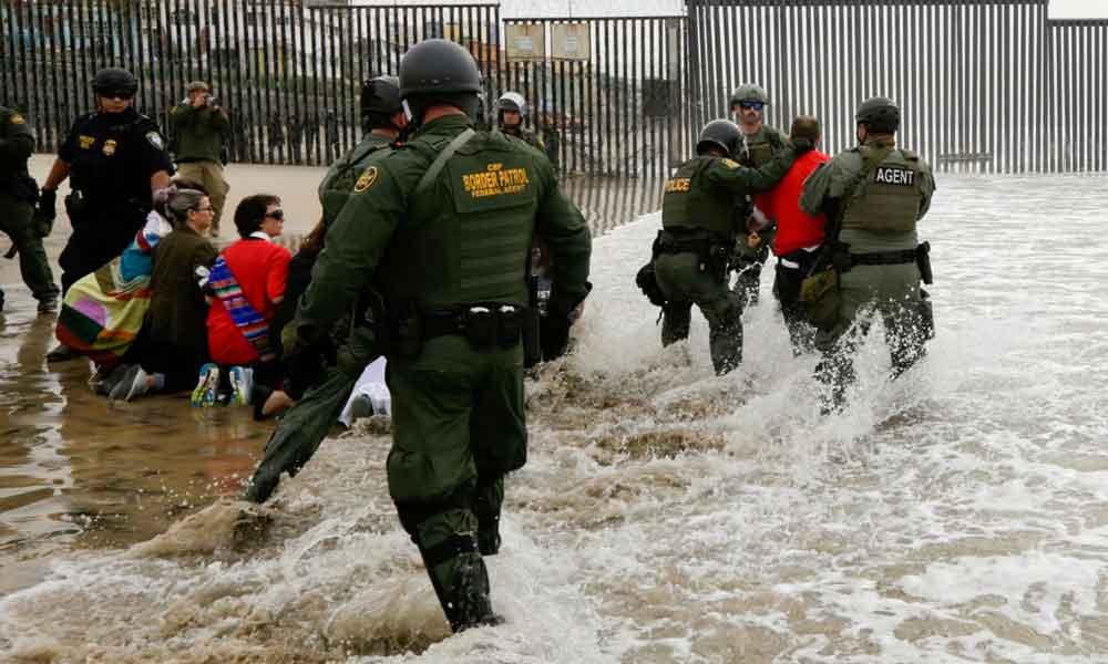 Detienen a 32 migrantes en San Diego durante manifestaciones