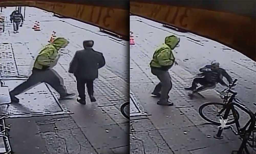 (VIDEO) Sujeto empuja a un hombre hacía el tráfico y se va caminando sin remordimiento