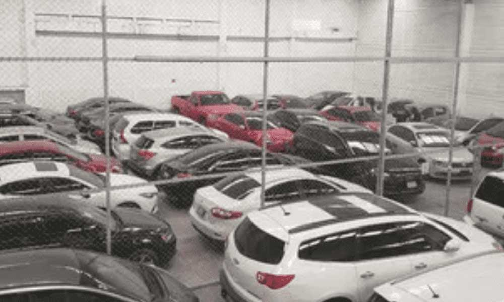 Autoridades catean bodega repleta de autos de lujo robados