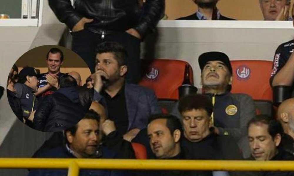 (VIDEO) Maradona fuera de control agrede a aficionados del San Luis