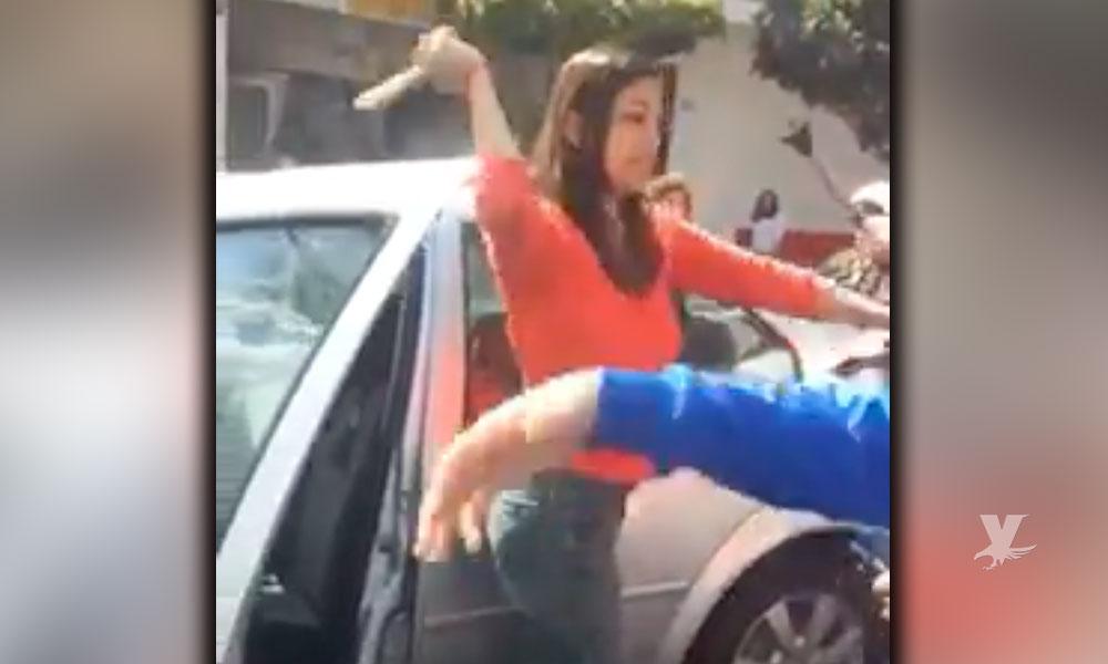 (VIDEO) Mujer agrede a 3 personas mayores por no 'apurarse' a cruzar la calle