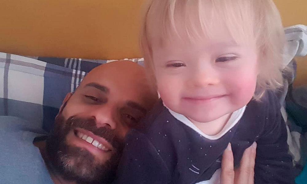 Hombre soltero adoptó a niña con Síndrome de Down rechazada por 20 familias