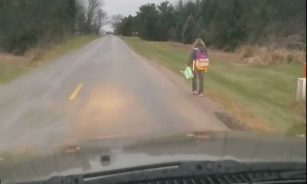 (VIDEO) Hace caminar a su hija 5 kilómetros luego de ser expulsada del autobús escolar por hacer bullying