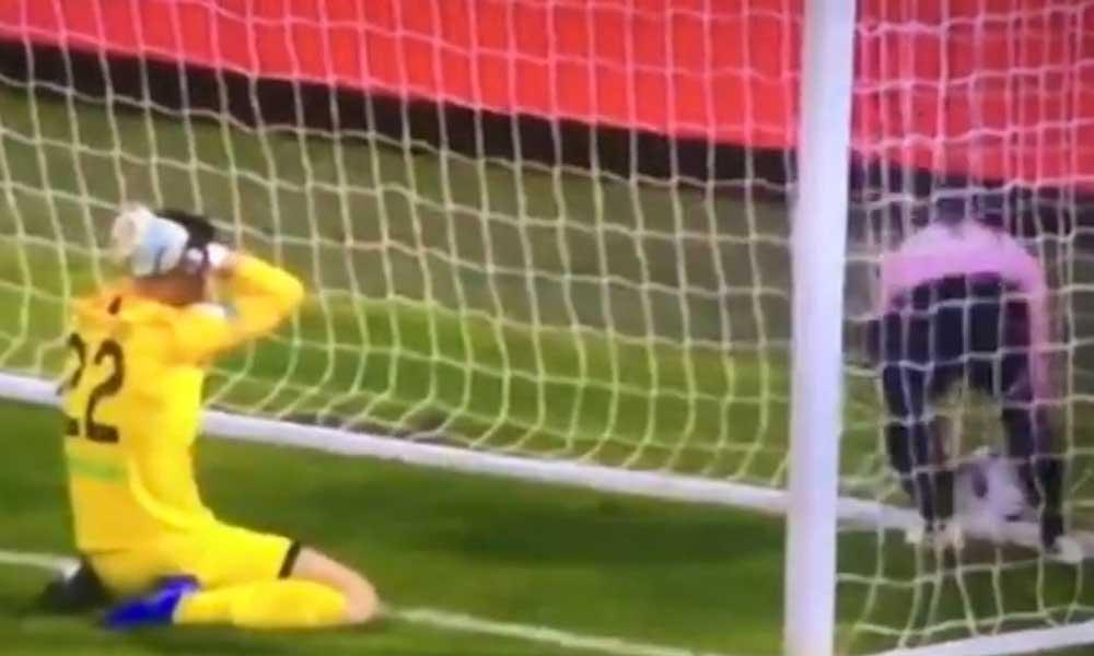 (VIDEO) Portero intenta jugar con los pies y anota increíble autogol