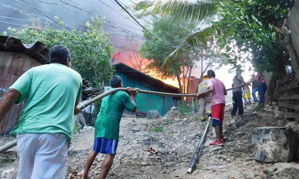 (VIDEO) Se incendian más de 50 casas por fuego iniciado con cohetes