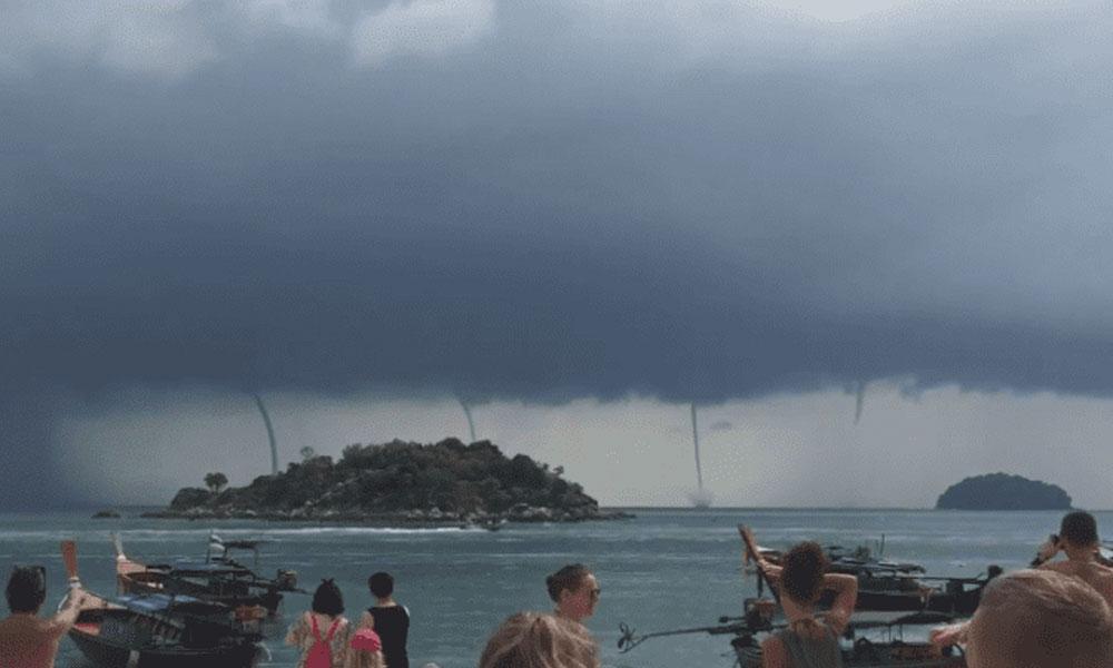 (VIDEO) Captan momento en que 4 tornados en el agua se forman cerca de la playa