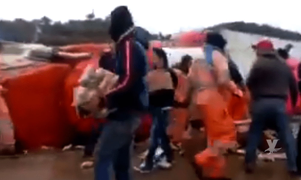 (VIDEO) Pobladores 'saquean' tráiler de cerveza que se volcó sobre la carretera