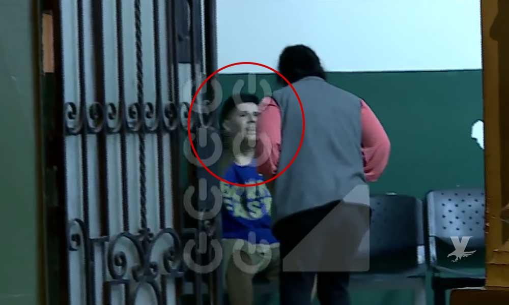 (VIDEO) Madre llega a la comandancia para golpear a su hijo detenido por ladrón