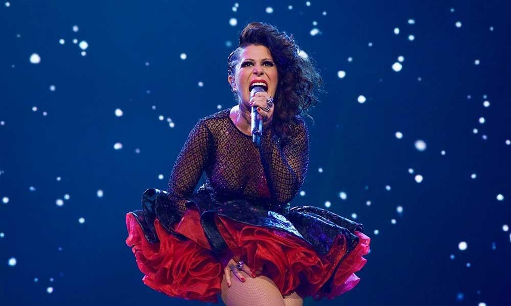 Alejandra Guzmán sufre problemas con su vestido y termina sin ropa en pleno concierto
