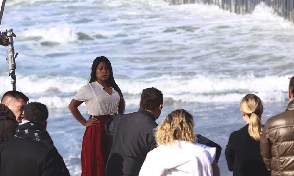Yalitza Aparicio se presenta en Playas de Tijuana para una sesión fotográfica