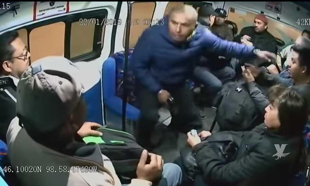 """(VIDEO) Asaltantes grabados mientras realizan un asalto en transporte público, al bajarse se burla diciendo """"váyanse con cuidado"""""""