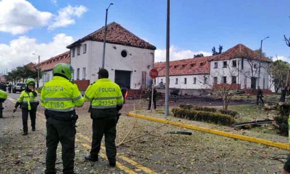 Carro bomba explota en estacionamiento de la Escuela de Policía de Bogotá dejando 9 personas muertas