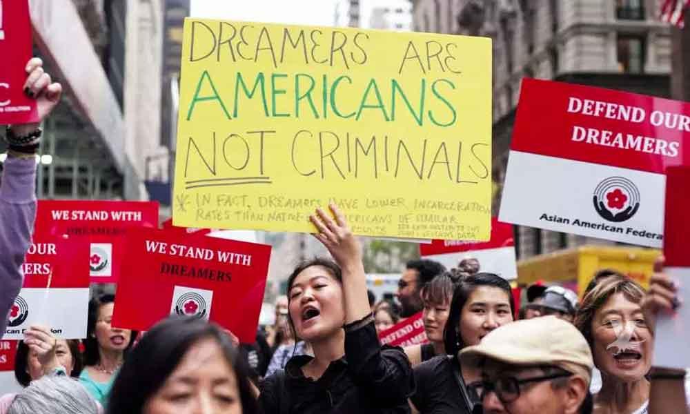 """""""Soñadores"""" exigen al gobierno de Trump se les devuelvan sus permisos para viajar fuera de Estados Unidos"""