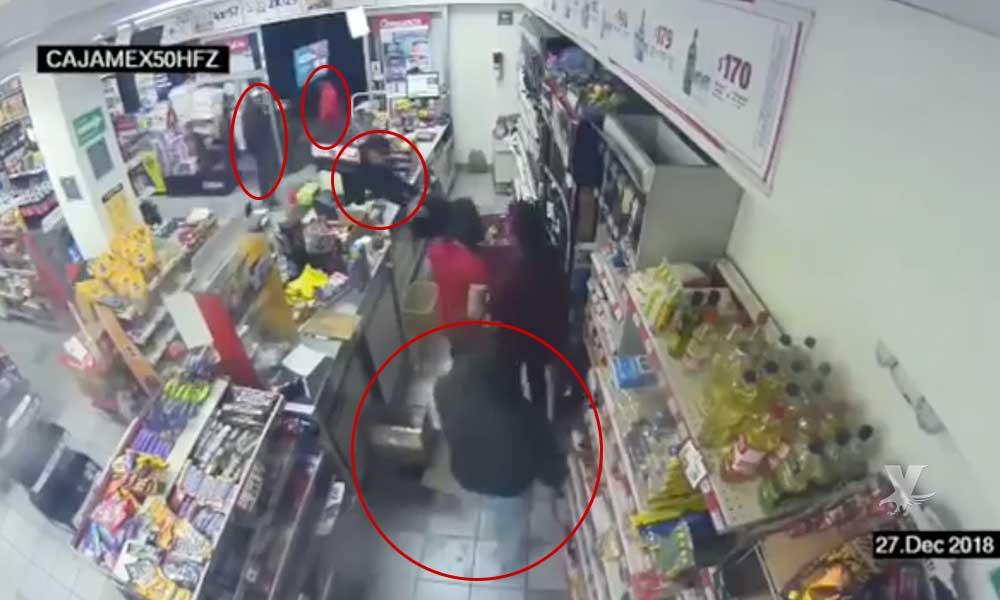 (VIDEO) Policía somete a asaltantes que entraron a robar un supermercado