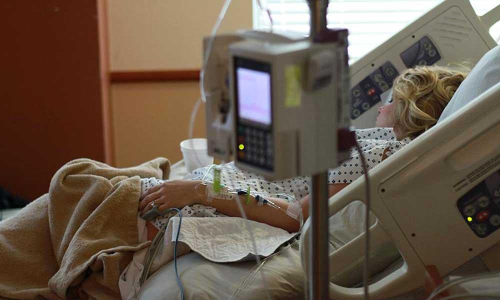 Autoridades investigan caso de una mujer que tiene 10 años en coma dentro de una clínica y dio a luz a un bebé