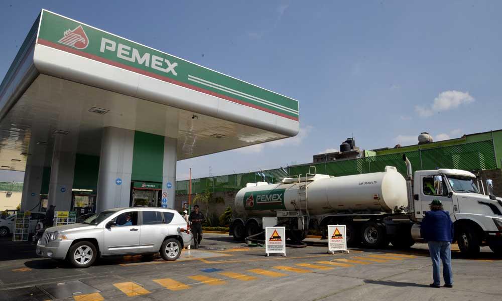 Chofer de Pemex comete un error y llega a gasolinería con pipa vacía