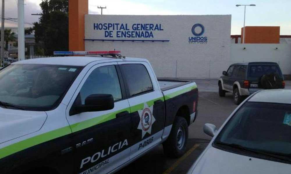 """Hombre con impactos de bala es """"abandonado"""" a las afueras de un hospital en Ensenada"""
