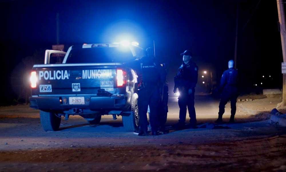 Migrantes son detenidos por policías en Tecate mientras cortaban el cerco migratorio