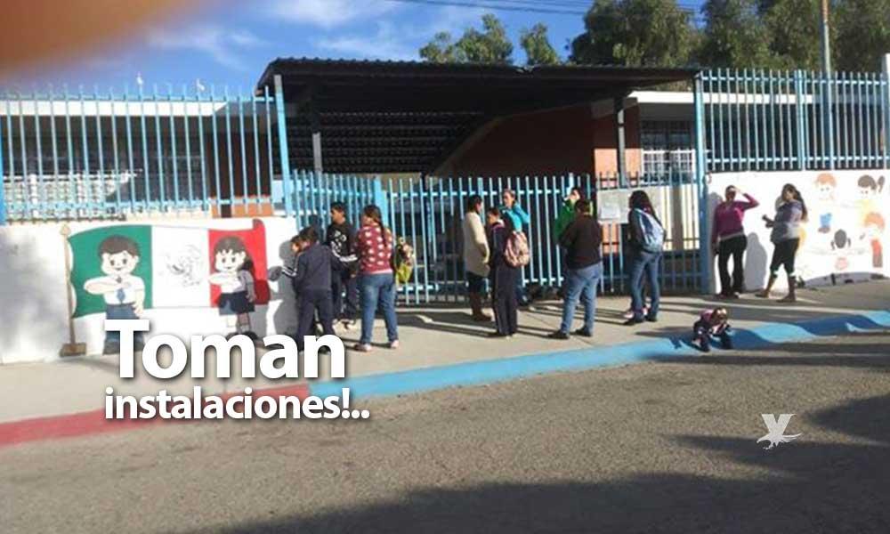 Padres de familia toman escuela primaria Leopoldo Zea de San Pablo por falta de maestros en Tecate