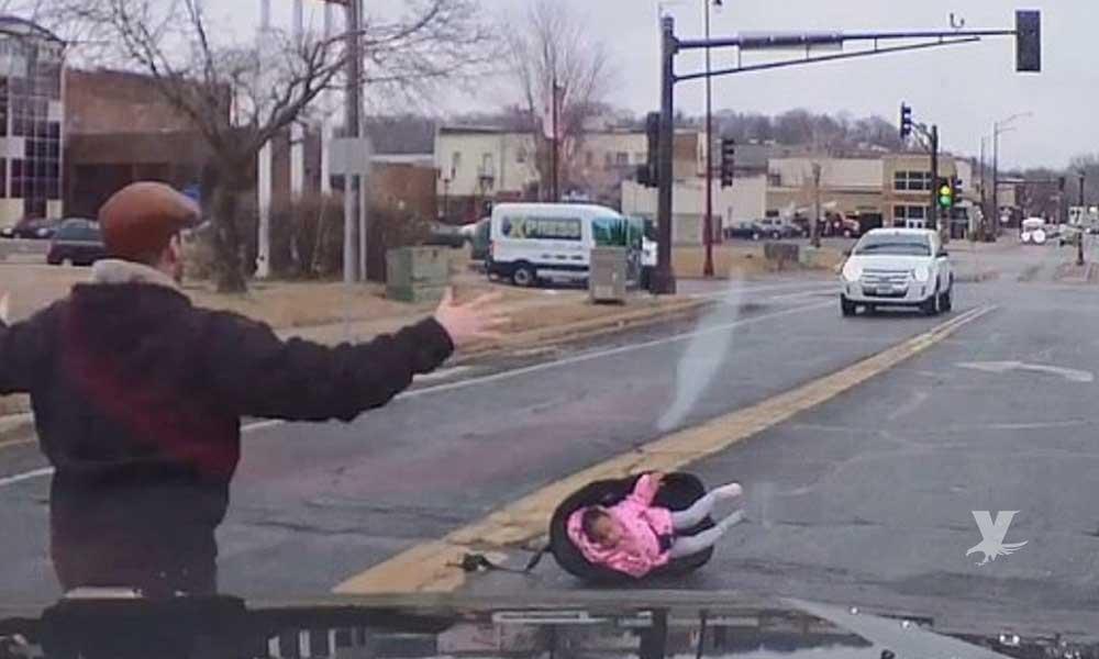 (VIDEO) Bebé en su silla sale despedido de un auto en movimiento