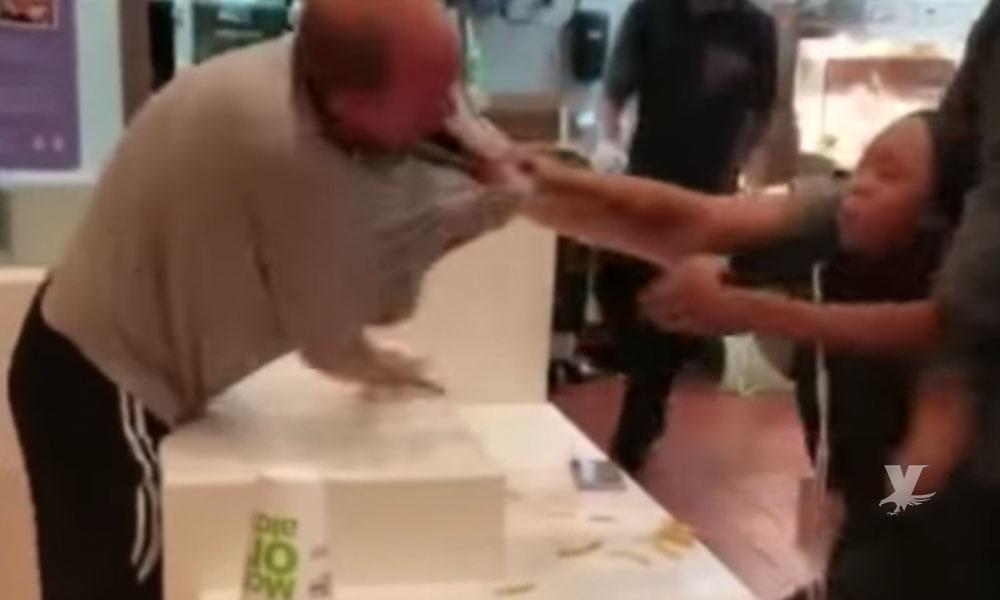 (VIDEO) Hombre golpea a empleada de McDonald's porque no había popotes en la mesa