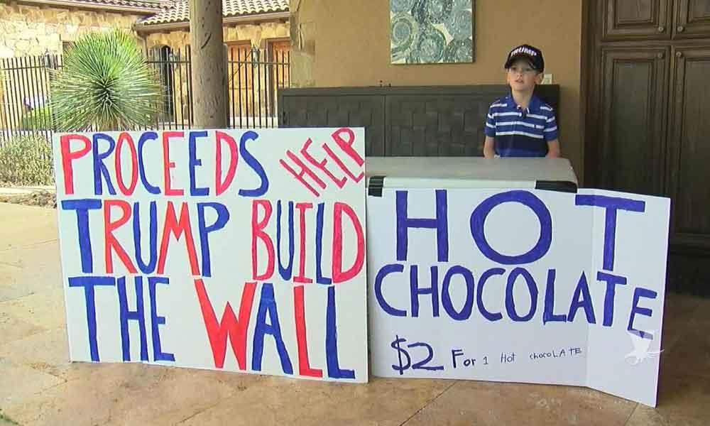 """Niño vende chocolate caliente para apoyar en la construcción del muro, es conocido como """"El Pequeño Hitler"""""""