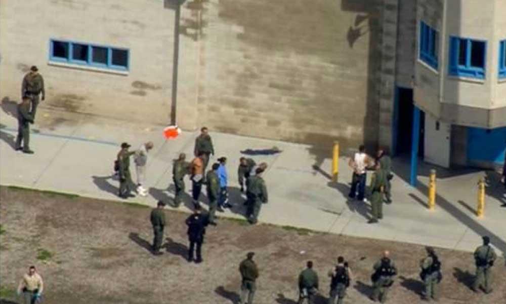 Arrestan en San Diego a 24 migrantes que ingresaron al derribar una parte del muro