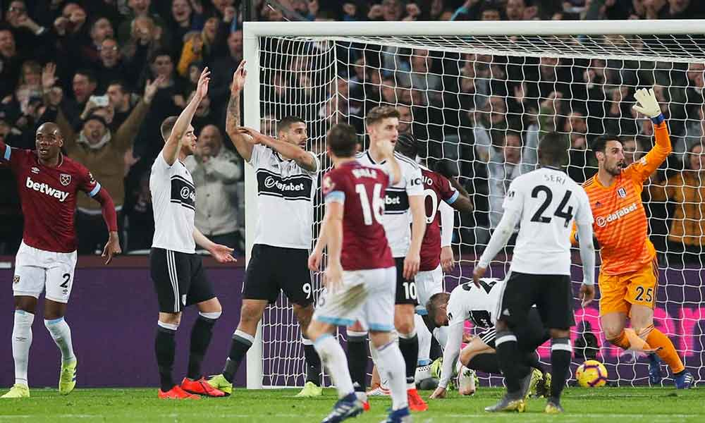 "(VIDEO) Reaparece ""Chicharito"" con el West Ham y anota gol ¡con la mano!"