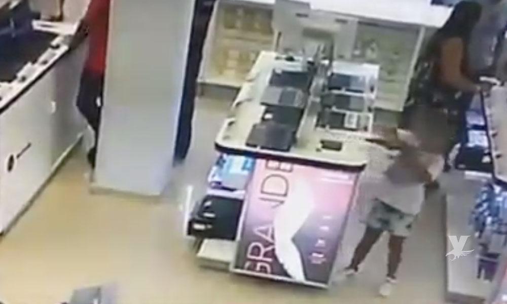 (VIDEO) Madre utiliza a su hija de 6 años para robar una laptop, ambas fueron detenidas