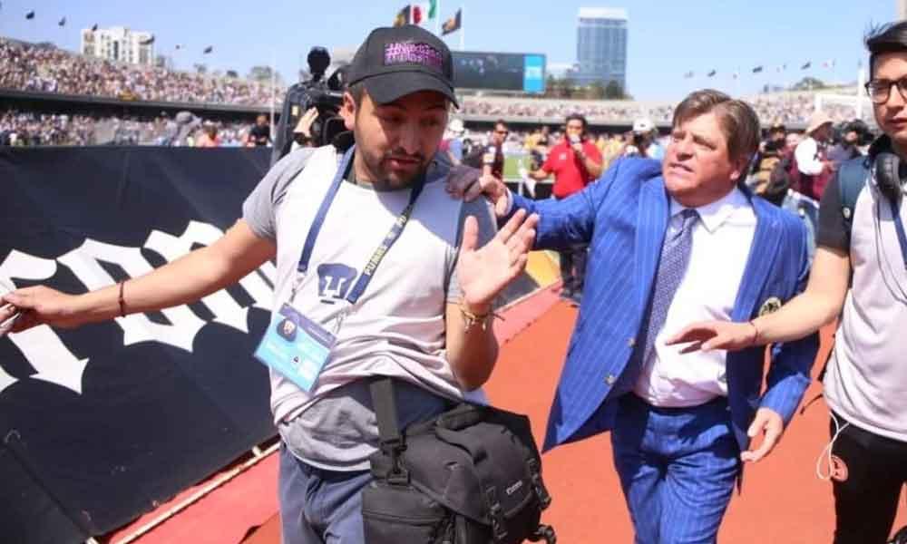 """(VIDEO) 'Piojo' Herrera se enfrenta con """"reportero"""" que lo llamó perdedor al final del juego en CU"""