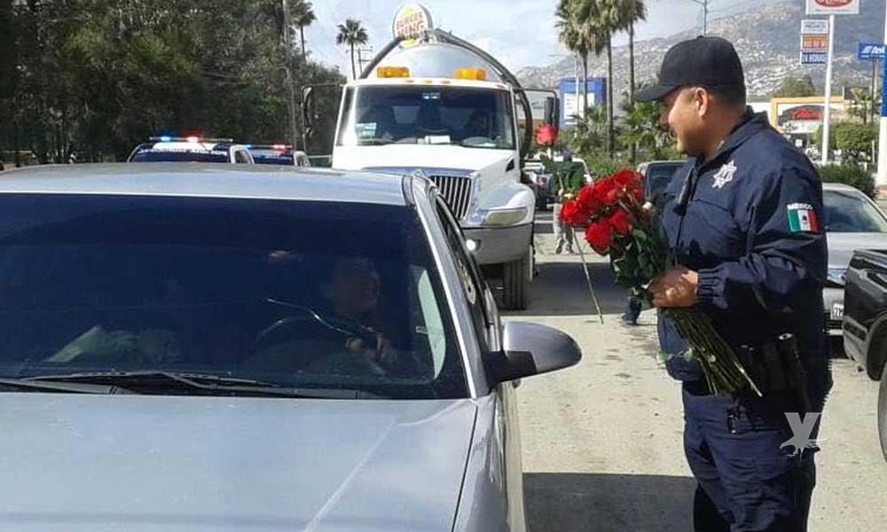 Policías Municipales reparten rosas por San Valentín en bulevar Encinos de Tecate