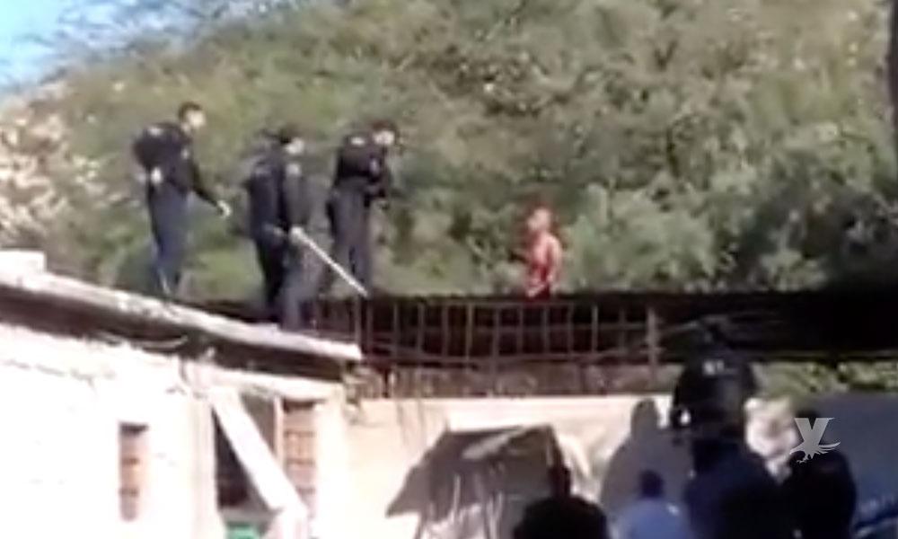 (VIDEO) Policías abaten a hombre que amenazaba con suicidarse y los atacó con un cuchillo