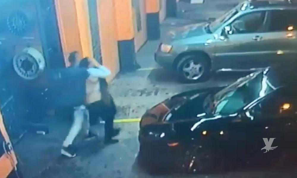 (VIDEO) Graban momento exacto en que mujer es sustraída de un negocio para ser secuestrada