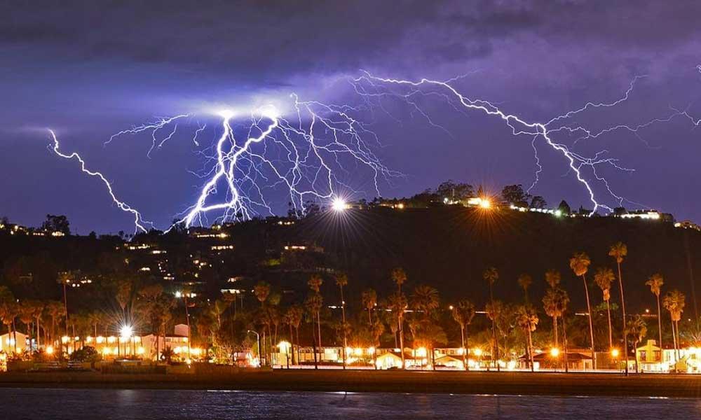 (VIDEO) Tormenta eléctrica iluminó con más de 2,200 rayos el cielo de California