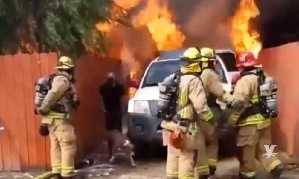 (VIDEO) En San Diego hombre ingresó a una casa que se incendiaba para salvar a un perro
